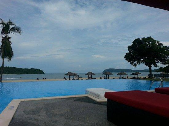 Holiday Villa Beach Resort & Spa Langkawi: Vue de la plage et des iles depuis la Infinty pool