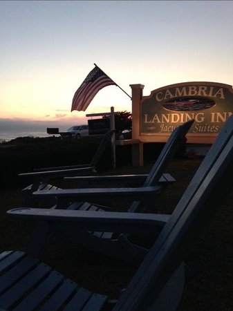 Cambria Landing Inn & Suites: Relaxing on the front lawn of the Inn.