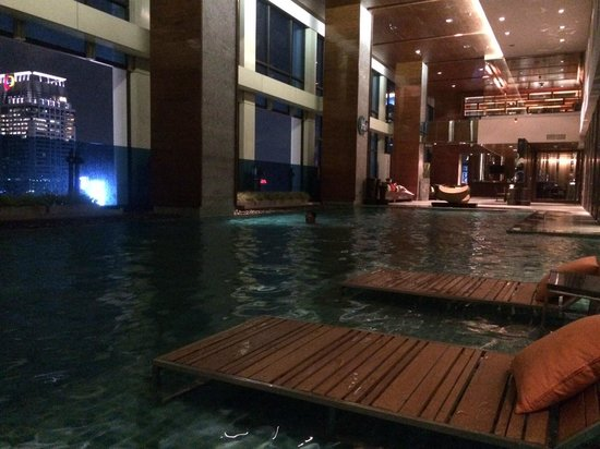 Renaissance Bangkok Ratchaprasong Hotel: Late night at the pool