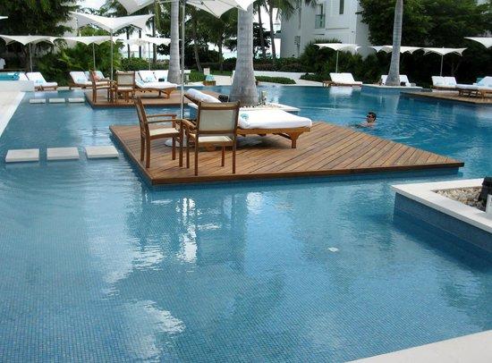 Gansevoort Turks + Caicos : walking around pool