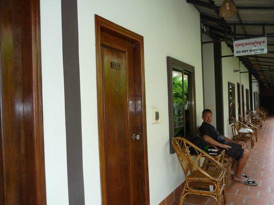 Zana House: Рядом с номерами столики с креслами