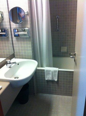 NH Carlton Amsterdam: Bathroom