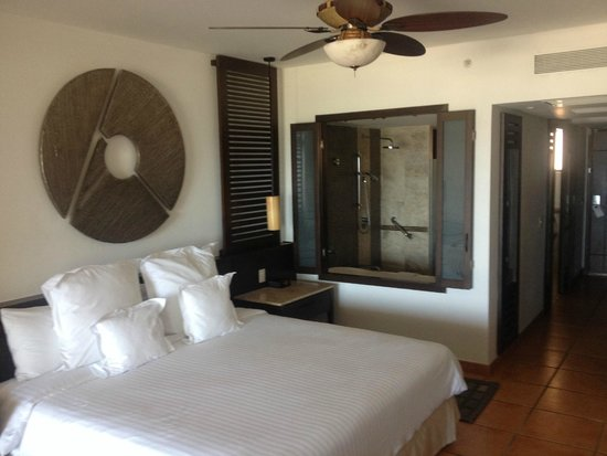 Hyatt Ziva Los Cabos: View from Bedroom into Bathroom