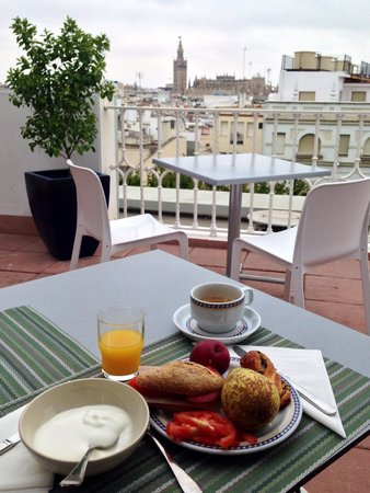 Hotel Becquer: Rooftop breakfast with beautiful cathedral view