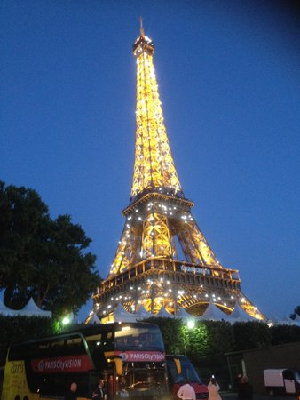 PARISCityVISION : Eiffel Tower light show at 10pm-bus in foreground