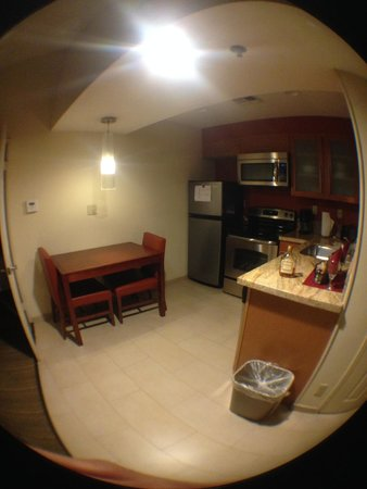 Residence Inn La Mirada Buena Park: View of kitchen from walkway-front door