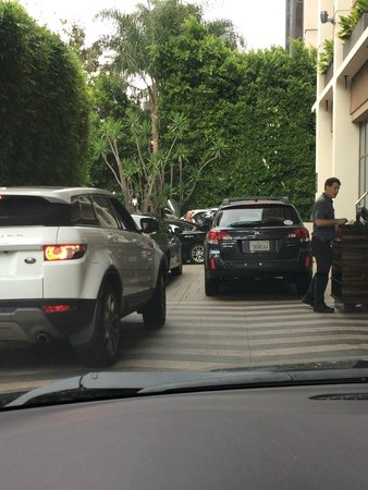 Kimpton Hotel Palomar Los Angeles Beverly Hills: Parking driveway is narrow and you have to wait to get out