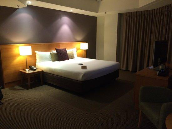 Novotel Perth Langley: Bedroom at night