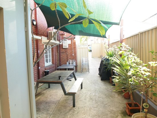 The Emperor's Crown Hostel: Courtyard with BBQ