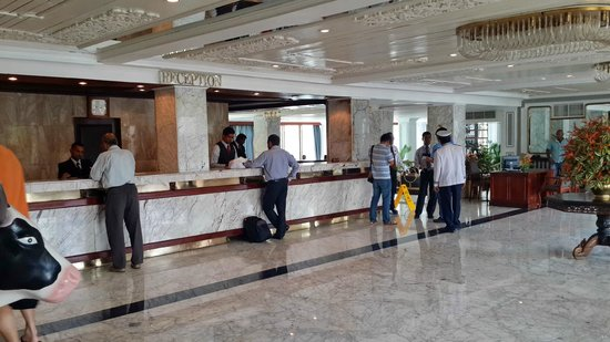Mount Lavinia Hotel: Front Desk