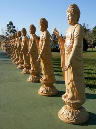 Buddhist Temple: Estátuas no patio
