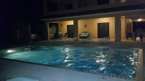 Las Palmas Inn : night view of pool
