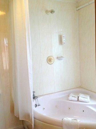 Eliza Lodge: Large bath