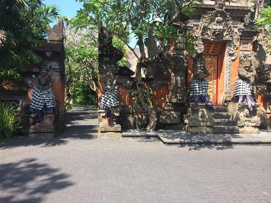 Puri Santrian: Indgangen