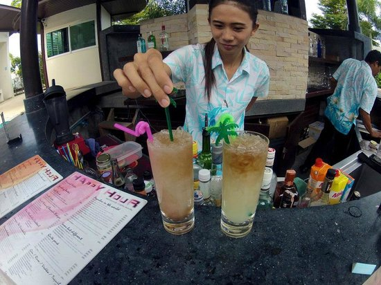 Samui Resotel Beach Resort: Our cheeky bartender making us long island ice teas (with a splash of coke!!!! haha)