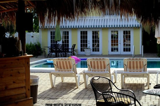 Naples Courtyard Inn: The Tiki hut and pool area