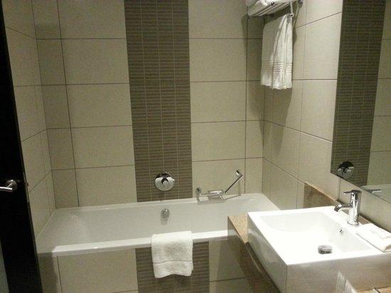 Premier Hotel OR Tambo : Bath tub