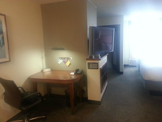 Hyatt Place Fort Worth Cityview : work desk and TV