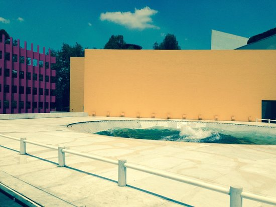 Camino Real Polanco Mexico: This is the brightly coloured area outside reception