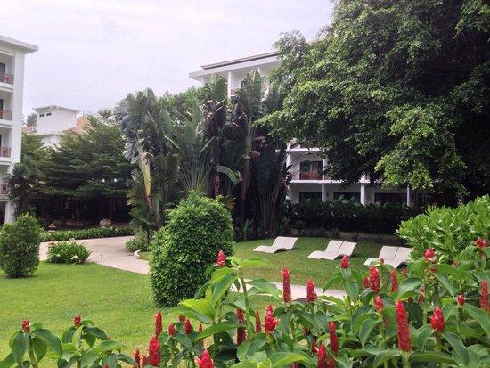Naithonburi Beach Resort: Большая зеленая территория