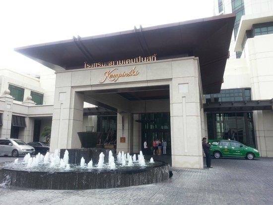 Siam Kempinski Hotel Bangkok: Hotel entrance