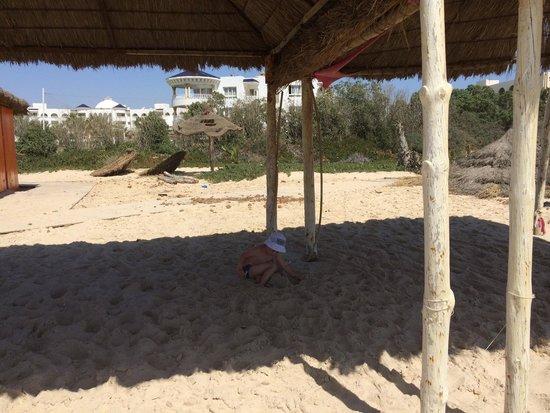 Hotel Dar El Olf: В июне на пляж без слез смотреть было невозможно!