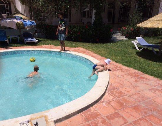 Hotel Dar El Olf: Территория отеля нареканий не вызывает