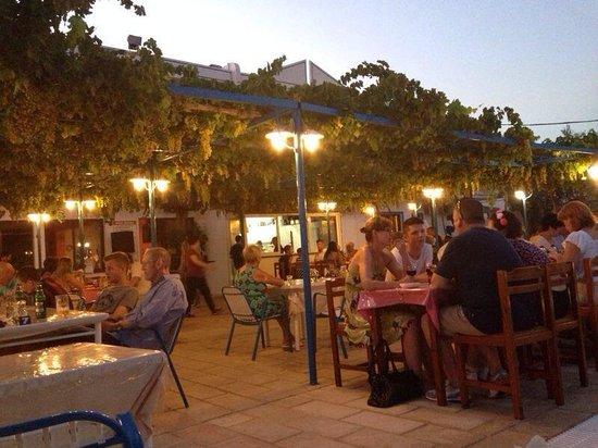 Garden Hotel: Evening time at hotel restaurant