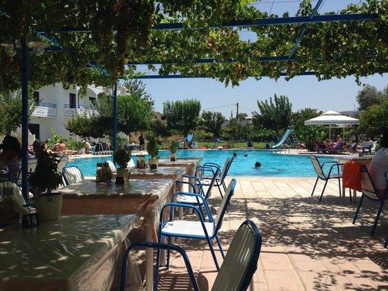 Garden Hotel: Breakfast time in hotel restaurant