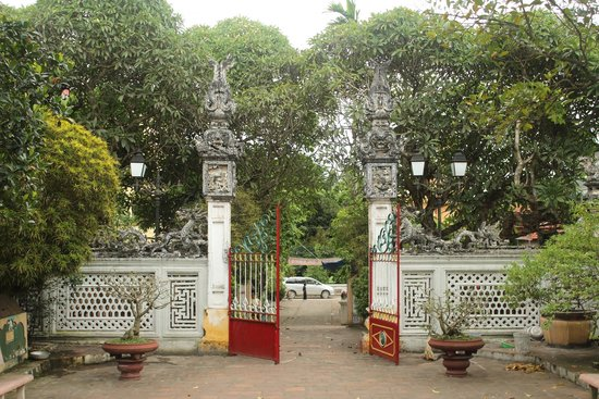 Duong Lam Ancient Village: Mia Temple's gate