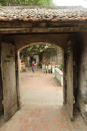 Duong Lam Ancient Village: Old house's main gate