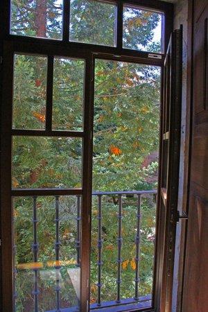 Parador de Corias: Ventana de la habitación al jardín.