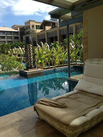 Mulia Villas: pool[