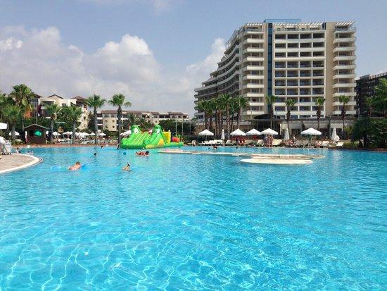 Barut Lara: sitting at the pool