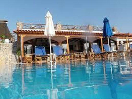 Andreas Hotel: Härlig pool och i bakgrunden baren