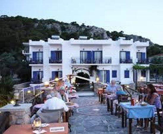 Andreas Hotel: Taget från hotellets restaurangtak där en härlig bris blåser på varma sommarkvällar