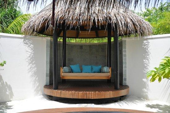 The Sun Siyam Iru Fushi Maldives: качели на территории ванной комнаты