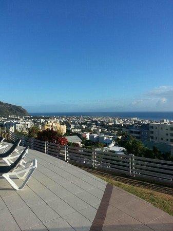 Mercure Creolia Saint-Denis La Reunion : vue bord piscine qui donne sur St Denis
