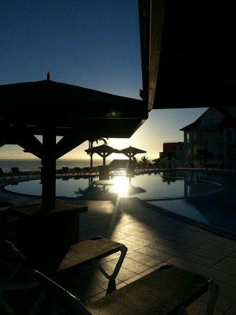 Mercure Creolia Saint-Denis La Reunion : vue piscine à la tombée de la nuit