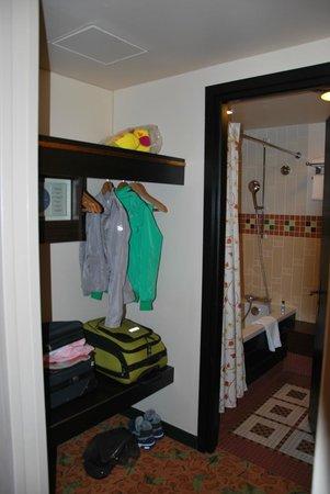 Disney's Sequoia Lodge : Открытый гардероб перед входом в ванную