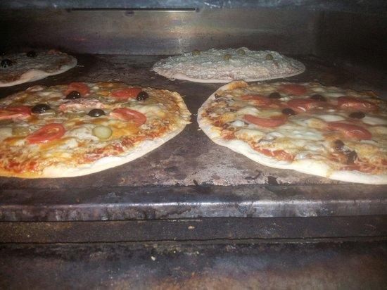 pizzas lino : Un exemple des pizzas en train de cuire.