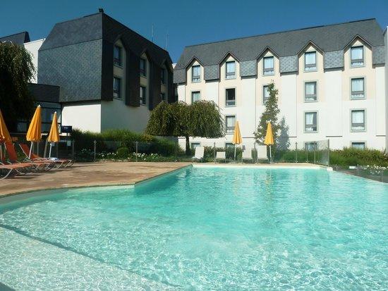 Novotel Amboise : Agréable piscine assez bien abritée du vent