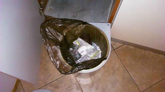 Residence V Tunich 14 : nevynesené odpadky od předchozích hostů