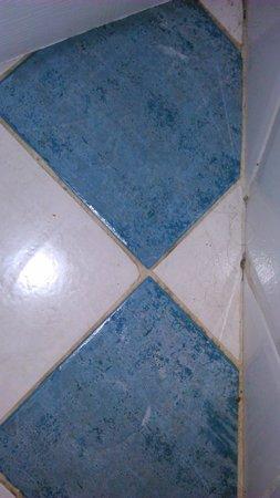 Residence V Tunich 14: podlaha v koupelně s cizími vlasy
