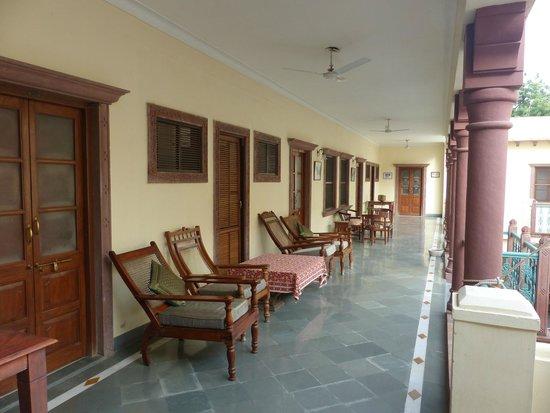 Hotel Ratan Vilas: D'agréables fauteuils devant les chambres