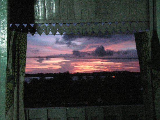 Breeze Guest House : Sunset framed by the opened shutters