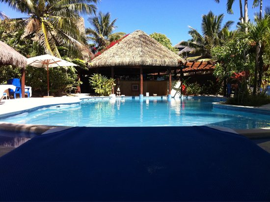Sanctuary Rarotonga-on the beach: Piscina con pool-bar