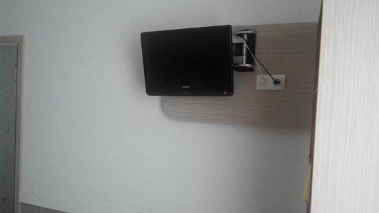 Hotel Premiere Classe Varsovie: Телевизор в номере