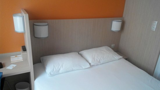 Hotel Premiere Classe Varsovie: Кровать