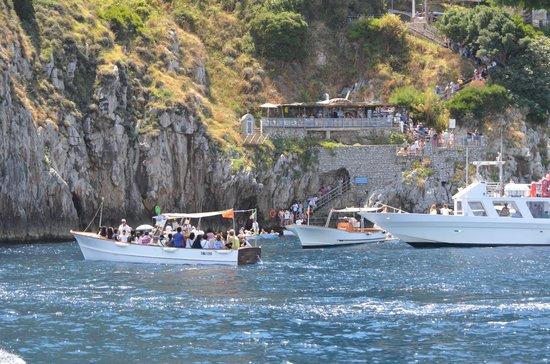 Blaue Grotte (Grotta Azzurra): Boats and people waiting